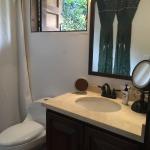 Upstairs Bathroom / Baño Segundo Piso